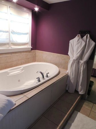 Holladay House Bed and Breakfast: Garden Room: Chromatherapy Whirlpool Tub for Two - with in-room terry robes