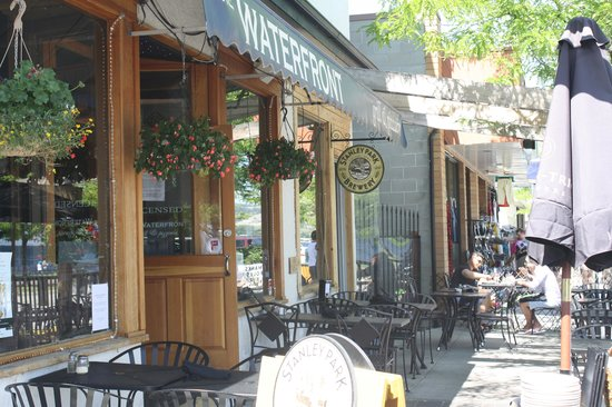 The Waterfront Grille & Pizzeria: View from street.