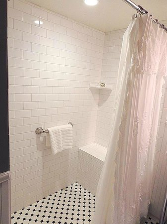 Holladay House Bed and Breakfast: Garden Room: Shower for two with Battenburg Lace curtain