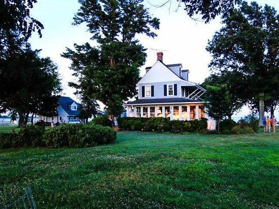 Black Walnut Point Inn: The Inn