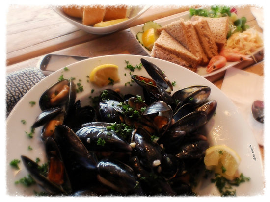 Claws Indoors: Thought you have eaten mussels before? wait till you eat these! Then youv'e eaten mussels!