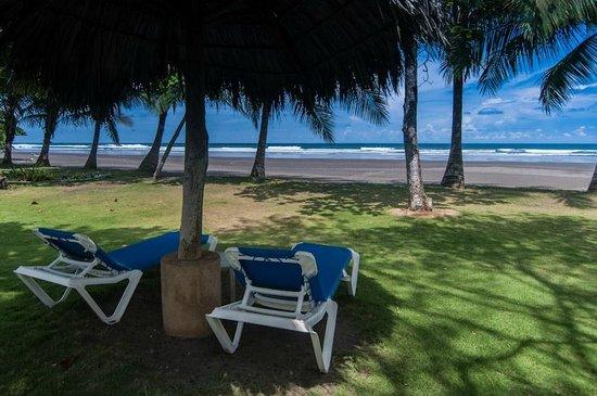 Alma del Pacifico Beach Hotel & Spa : Esterillos Beach as view from the restaurant at the Alma del Pacifico Hotel