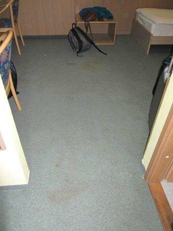 Youth Hostel Uni Hotel: dirty floor