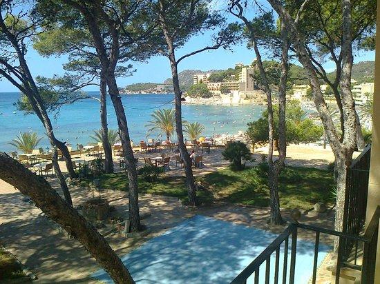 Hesperia Mallorca Villamil : Royaal balkon met  verstelbare tuinstoelen.