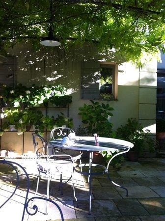 La Bastide de Boulbon : Ontbijt op het terras