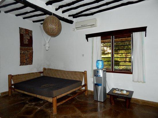 Kinondo Poa: Wasserspender / Couch