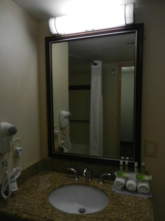 Holiday Inn Express San Diego N - Rancho Bernardo: Spacious bathroom, nice amenities