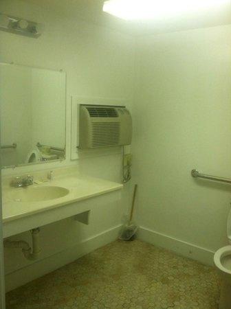Trade Winds Inn: Wall AC unit in bathroom