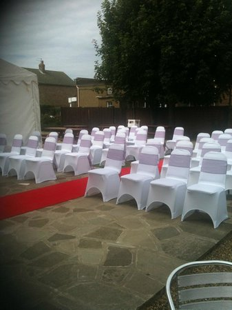 Hussar Hotel: Outside seating (for ceremony)
