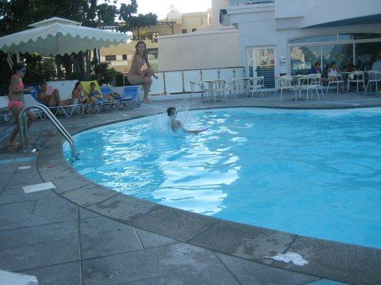 TSANotel: бассейн днем