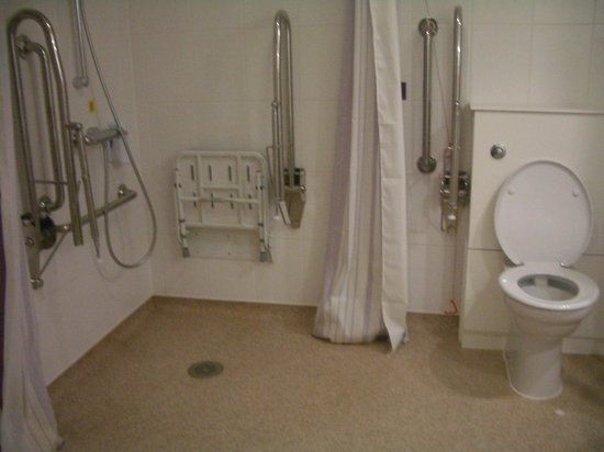 Premier Inn Fort William Hotel: Fully accessible wet room