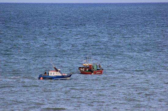 Logis Frederic : Deux bateaux de pêche vus de notre fenêtre au petit matin..