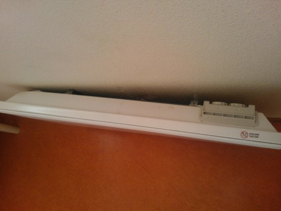Premiere Classe MLV - Bussy Saint Georges: Heater hanging off wall (View 2)