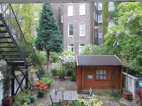 London Town Hotel : Vista jardín trasero