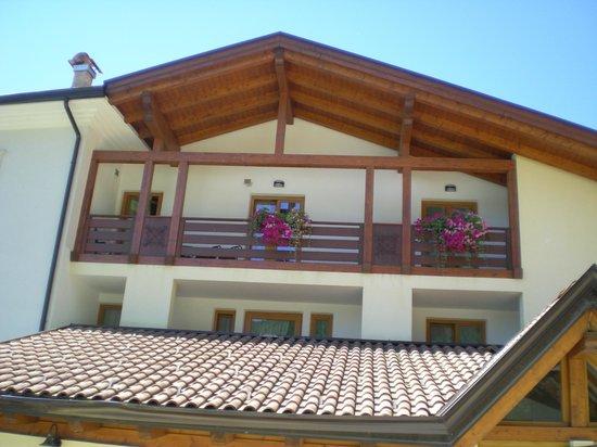 Hotel Salvadori: il grande balcone della suite visto dalla piscina