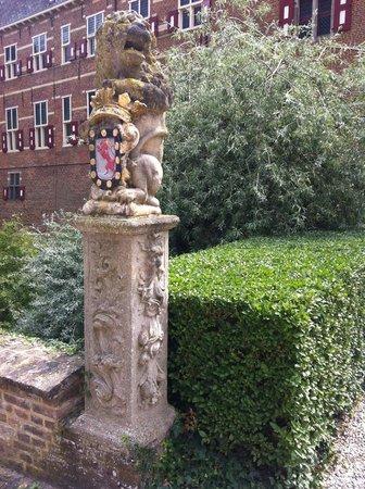 Kasteel Huis Bergh: entrance pole