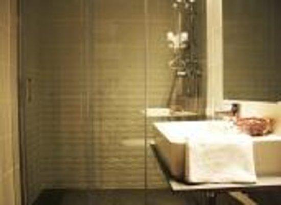 Hotel Ginebra: Bano con comfort