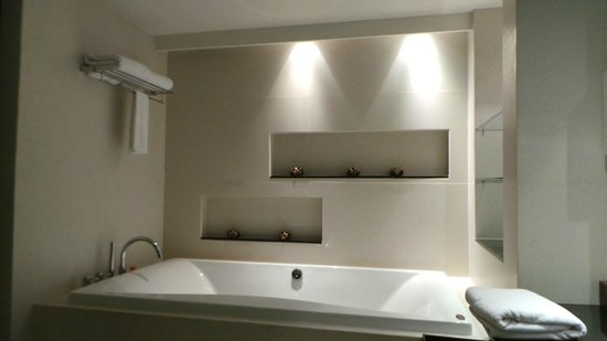 Summit Windmill Golf Residence: Master bedroom bathroom