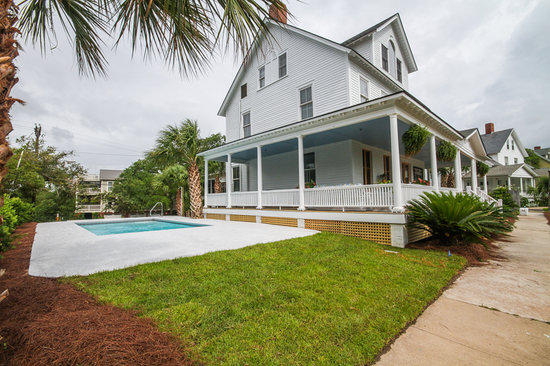 Surf Song Bed & Breakfast: Sideview of house with pool