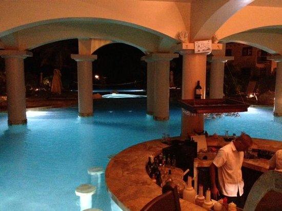Coco Beach Resort: Pool Bar at night