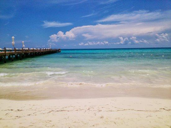 Blue Diamond Luxury Boutique Hotel: Playa y embarcadero