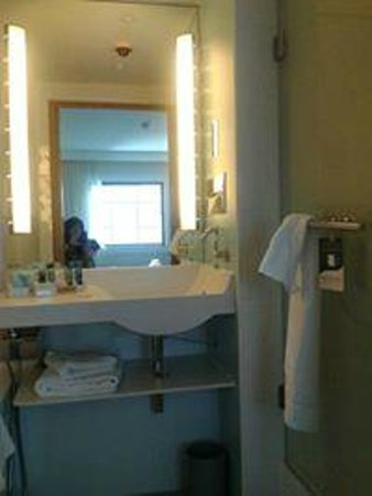 Novotel London Paddington : clean lovely bathroom