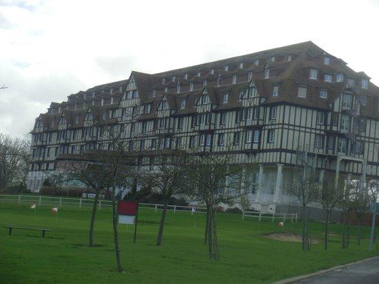 Hôtel Barrière L'Hôtel du Golf Deauville : hotel exterieur