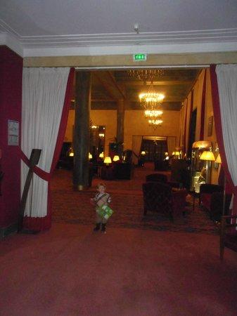 Hôtel Barrière L'Hôtel du Golf Deauville : couloir du bas