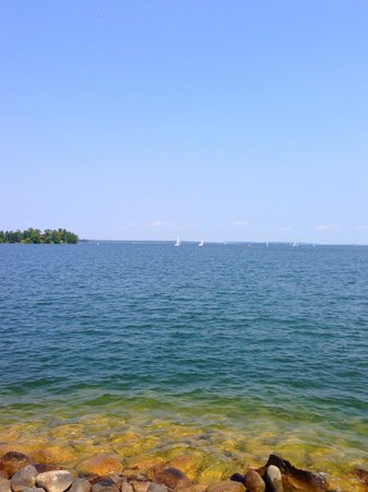 Chase Motor Inn: View from breakwater looking over leach lake @ sail boat regatta