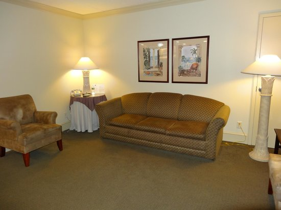 Beach Club Suites: Large living room with pullout sofa