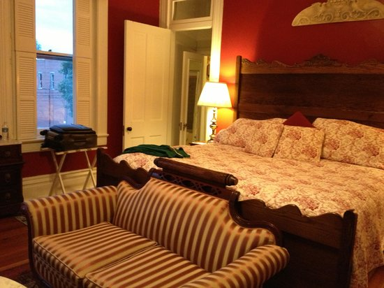 Victorian House Bed and Breakfast: Our spacious room