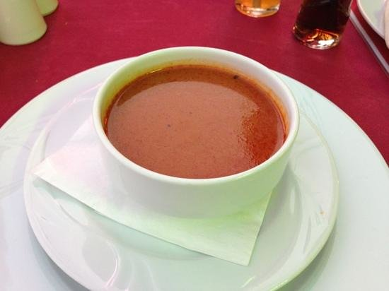 mad boys fun pub restaurant: tomato soup comes with pita bread and dips