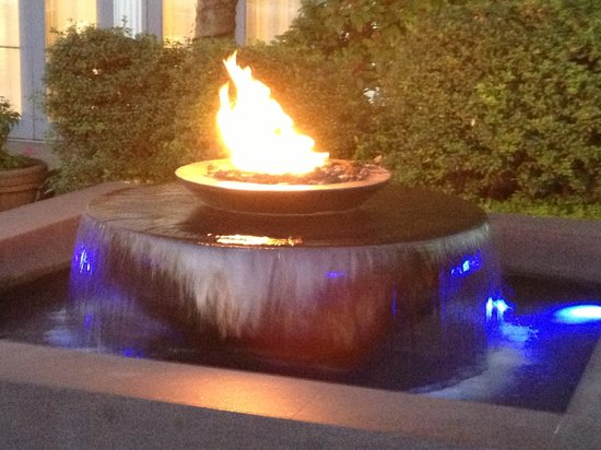 Granville Island Hotel: Fountain with Fire