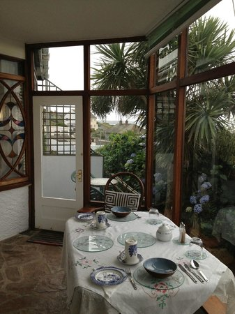 Tamarind Guest House: Breakfast room with garden and patio access