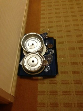 Sheraton Milwaukee Brookfield Hotel: dirty dishes in hall for hours