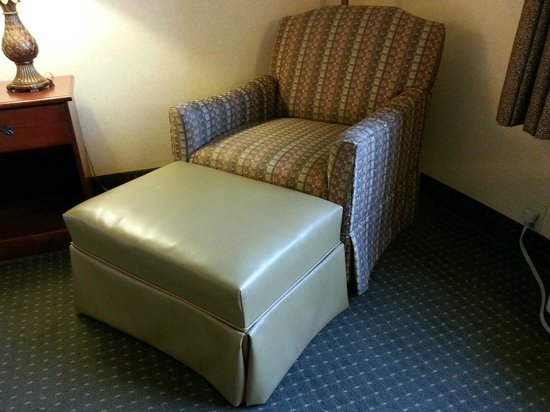 Quality Inn: Non-matching chair and foot stool