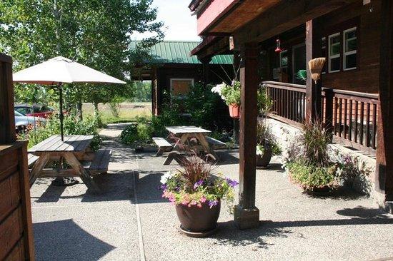 Chewuch Inn & Cabins: The courtyard