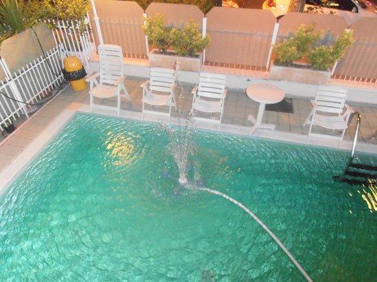 Hotel Arno: Cascatella d'acqua in piscina