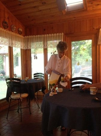 Alpine Hilltop Haus Bed and Breakfast : Barbara setting up breakfast in the sunroom
