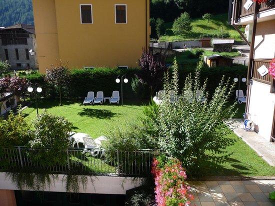 Albergo Dimaro: Il giardino sul lato