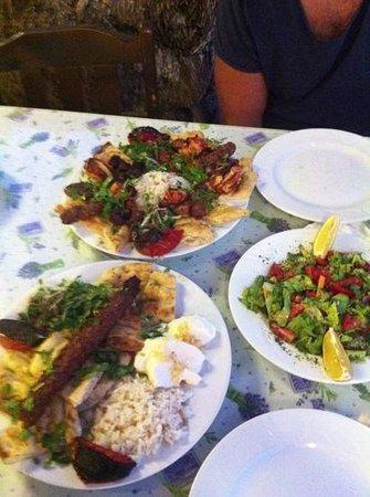 Antik Akdeniz: mixed grill högst upp och yoghurt kebab längst ner :)