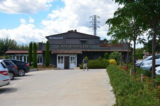 Restaurant Can Panedes: Zona de aparcamiento y entrada