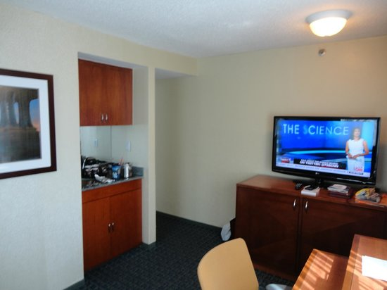 DoubleTree Suites by Hilton Hotel New York City - Times Square: Living room looking towards the hallway