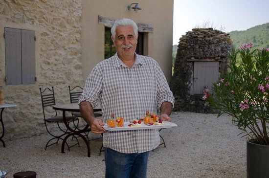 Mas de Longuefeuille : Bernard apporte les petits délices préparés par Henriette