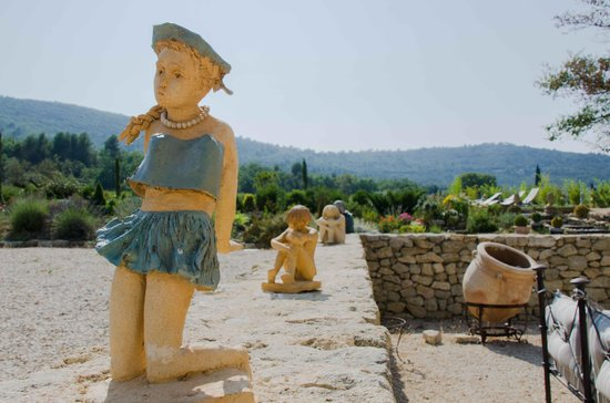 Mas de Longuefeuille : Quelques sculptures sur le muret de la terrasse