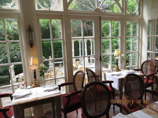 Apollofirst boutique hotel Amsterdam: Lekker ontbijten met uitzicht op de tuin.