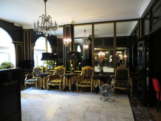 Apollofirst boutique hotel Amsterdam: Entree, tegenover de receptie.