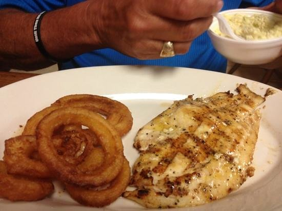 Sting Ray Cafe : grouper and onion rings