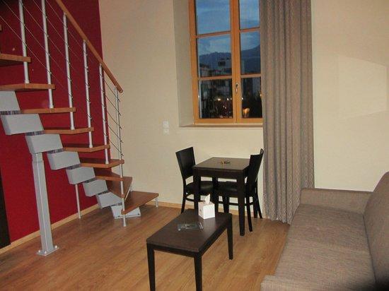 Residhome Appart Hotel Caserne de Bonne : Soggiorno e scale per la zona notte