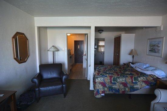 Capitola Venetian Hotel: Livingroom + Bed